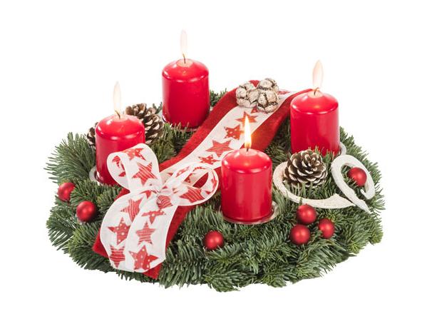 klassischer Adventskranz in Rot mit Schleife und Dekoration